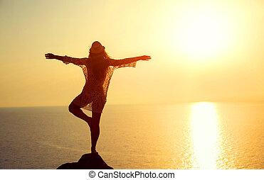 kvinna, tillverkning, yoga, figur, stranden, hos, solnedgång