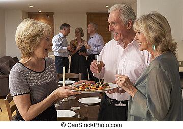 kvinna, tjänande, hors d'oeuvres, till, henne, gäster, hos,...