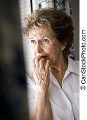 kvinna, trist, fönster, äldre, tittande