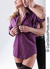 kvinna, unbuttoning, skjorta, man