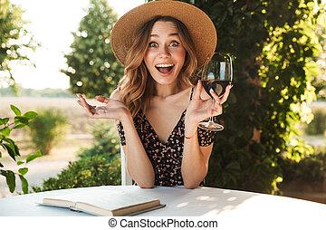 kvinna, ung, chockerat, glas, holdingen, drickande, vin.