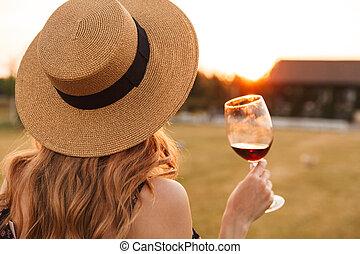 kvinna, ung, glas, holdingen, outdors, drickande, vin.