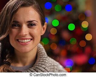 kvinna, ung, lyse, främre del, stående, jul, lycklig