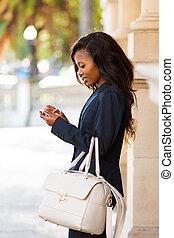 kvinna, ung, ringa, afrikansk, användande, smart