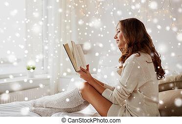 kvinna, ung, säng, bok, hem, läsning, lycklig