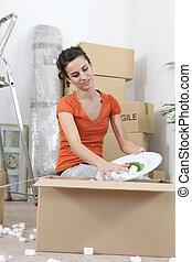 kvinna, uppackning, kartong kassera