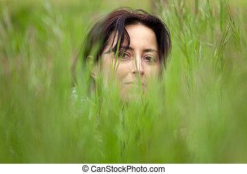 kvinna uppsyn, in, gräs