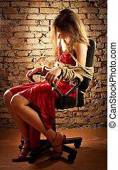 kvinna, vägg, uppe, bundet, rep, mot, tegelsten