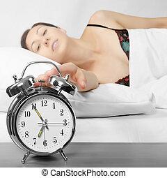 kvinna, vändning, henne, klocka, alarm, av