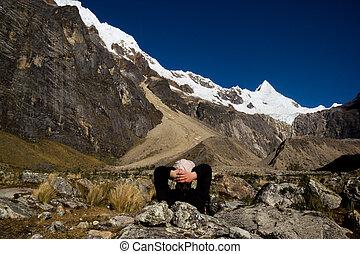 kvinna, vandrare, avnjut, den, mountainen beskådar