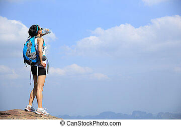 kvinna, vandrare, drink tåra
