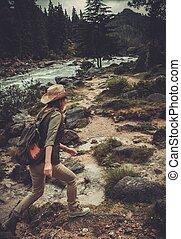 kvinna, vandrare, hoppning, på, den, stenar, nära, vild, fjäll, river.