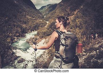 kvinna, vandrare, med, ryggsäck, stående, brynet, av, den, klippa, med, epos, vild, fjäll, flod, utsikt.