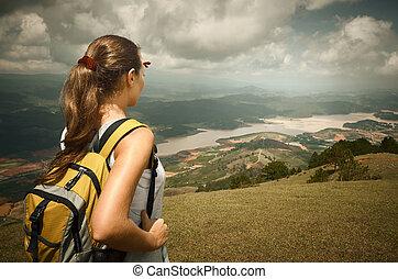 kvinna, vandrare, med, ryggsäck, stående, på topp om, den, fjäll, och, avnjut, dal, utsikt.