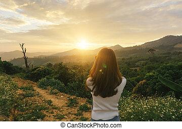 kvinna, vandrare, tagande fotografi, med, smart, ringa, hos, bergstopp, klippa