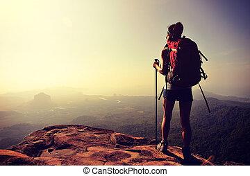 kvinna, vandrare, tycka om, den, synhåll, hos, solnedgång, bergstopp, klippa