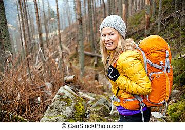 kvinna vandring, in, höst skog, skugga