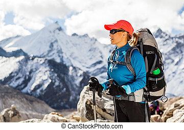 kvinna vandring, in, himalaya, mountains