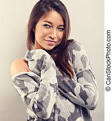 kvinna, vinter, utrymme, sweater, grå, se, bakgrund., varm, närbild, stående, le, avskrift, tillfällig, tom, lycklig