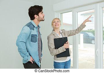 kvinna, visande, lägenhet