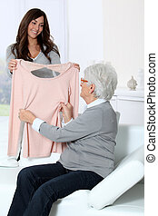 kvinna, visande, ung, farmor, färsk, kläder