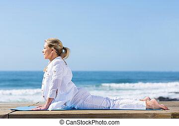 kvinna, yoga, hund, mogna, ställning, uppåt