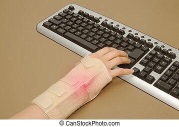 kvinnas hand, med, carpal tunnel syndrom, typeing,...