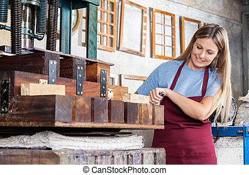kvinnlig, arbetare, användande, papper, press, maskin