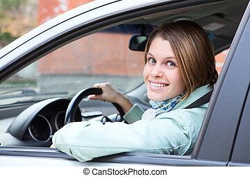 kvinnlig, chaufför, tittande tillbaka, från, bilruta