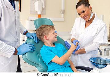kvinnlig, dental assistenten, hälsning, litet, tålmodig