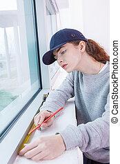 kvinnlig, fönster, installerare, mätning, den, fönster