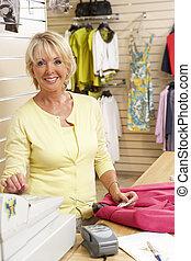 kvinnlig, försäljnings medhjälpare, in, bekläda lagret