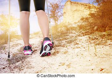 kvinnlig, fötter, och, trekking, käpp