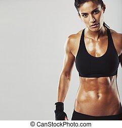 kvinnlig, fitness, modell, på, grå, bakgrund