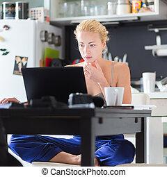 kvinnlig, freelancer, arbeta från, home.