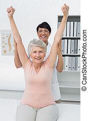 kvinnlig, fysioterapeut, med, senior woman, resning, räcker