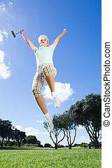 kvinnlig golfspelare, hoppa, och, glädjande