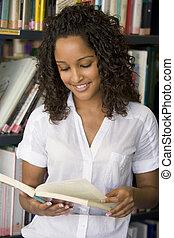 kvinnlig, högskola studerande, läsning, in, a, bibliotek