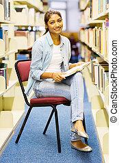 kvinnlig, högskola studerande, läsning, in, bibliotek