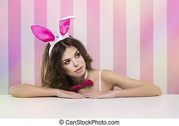 kvinnlig, kanin, bord, gömma efterkälke