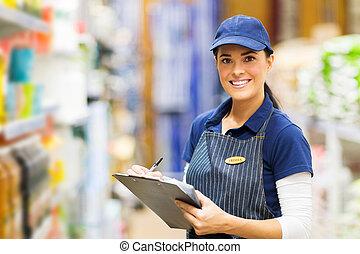 kvinnlig, kontorist, arbete, in, supermarket