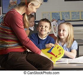kvinnlig lärare, in, primärskola, undervisning, barn, till...