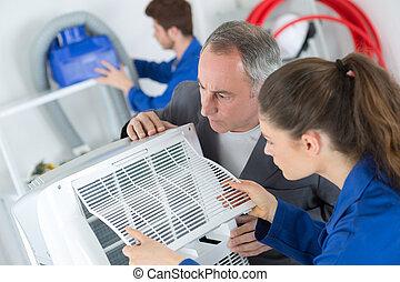 kvinnlig, lärling, inlärning, att reparera, industriell, luftkonditionering, kompressor