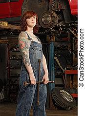 kvinnlig, mekaniker, med, däck järn