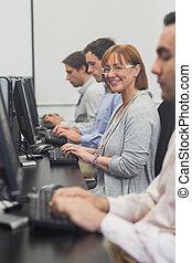 kvinnlig, moget studerande, sittande, in, dator kategori
