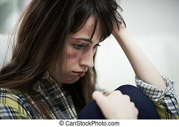 kvinnlig, offer, av, inrikes missbruk, hemma