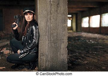 kvinnlig, polis officerare, holdingen, gevär, under, stakeout