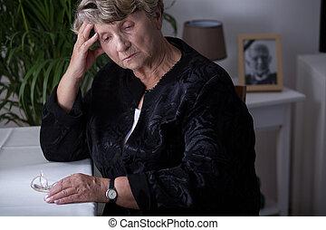 kvinnlig, retiree, existens, in, sorg