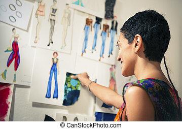 kvinnlig, sätt designer, betrakta, teckningar, in, studio