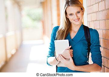 kvinnlig, universitet studerande, med, kompress, dator